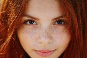 Kombinace zrzavých vlasů a modrých očí je nejvzácnější.