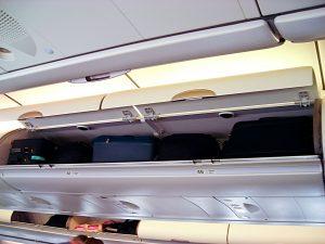 Prostror pro příruční zavazadla nad hlavami pasažérů.