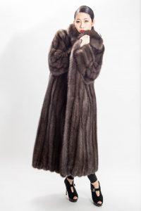 Zcela nadčasový kabát, který si zaslouží závistivé pohledy z okolí stojí u Marca Kaufmana 861 300 Kč.