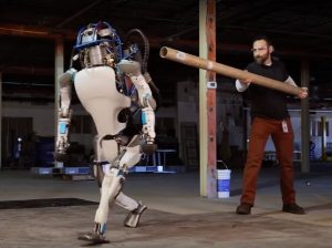 Robot Atlas dokázal, že inženýrů a jejich hokejek a trubek se nebojí.