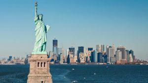 Už od konce 19. století přistěhovalce mířící do USA vítá Socha Svobody.
