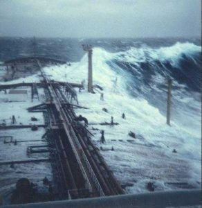 Tulácká vlna 30 metrů vysoká udeřila do tankeru Esso Languedoc a poprvé v historii u toho byla i vyfocena.