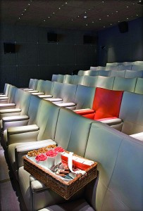 Pařížský kinosál v hotelu Le Royal Monceau si žádá opravdovou movie party.