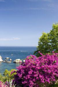 Sicílie je horká, nikoli vyschlá, jak je vidět z letního záběru pláže Lido di Mazuro.