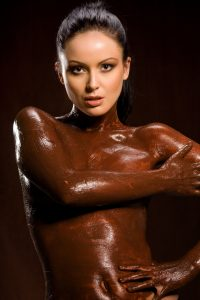 Zevně čokoláda pomáhá udržovat v pokožce vlhkost, chránit ji před stárnutím a vznikem vrásek .
