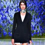 Sexy dlouhé sako jako hlavní prvek jednoho z modelů Dioru.
