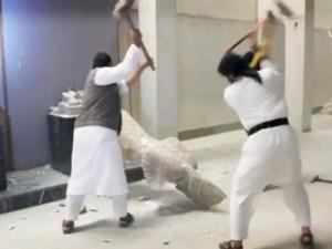 Islámští radikálové při ničení starodávných soch v Mosulu.