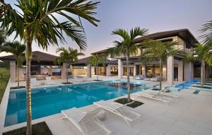 Dům v Naples na Floridě, navržený designérem Harwickem Homesem, má celou zadní terasu vyprojektovanou jako velký bazénový komplex.