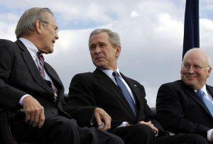 Spolu s Georgem W. Bushem byl v Malajsii odsouzen i ministr obrany Donald Rumsfeld.