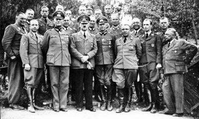 Hitler se svým štábem ve Vlčím doupěti (Morell 4. zprava).