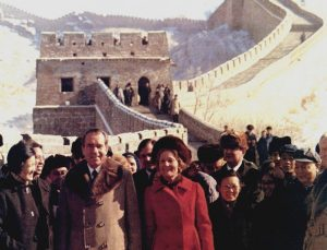 Prezident USA Richard Nixon při své prohlídce Velké čínské zdi.