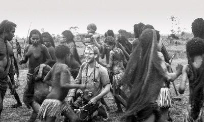 Muži kmene Asmat jsou svalnatí a silní, mají černou pleť barvy kávy a nosy propíchnuté ozdobami velikosti desetikoruny.