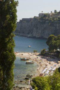 Na Sicílii se dost naběháme z kopce do kopce – seběhnout musíme i na nádhernou plážičku u Taorminy.
