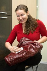 Z domácích zdrojů můžete na naleštění tašky použít i tělové mléko, ale musíte ho pečlivě setřít, jelikož ho kůže nevstřebává a kabelka by zůstala mastná.