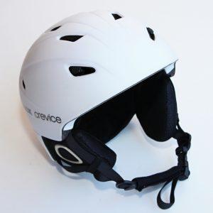 K lyžím patří i helma, to ví každý.