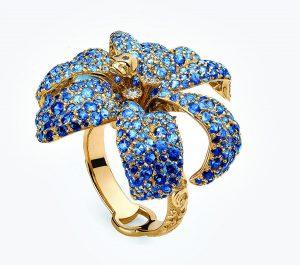 Dokonalou modří safírů jiskří kolekce Flora z 18kt žlutého zlata.