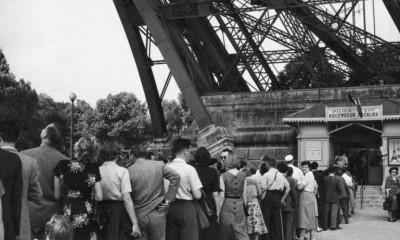 Během prvního roku existence Eiffelovy věže ji pěšky zdolají dva miliony lidí.