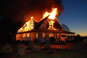 Při požáru v domě je kouř nebezpečnější než plameny