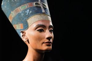 Busta egyptské královny Nefertiti se od ostatních starověkých soch velice odlišuje. To je podle některých badatelů známka toho, že se jedná o podvrh.