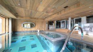 Chalet Opulence ve svých lákavých útrobách skrývá soukromý noční klub, moderní domácí kino i překrásný bazén.
