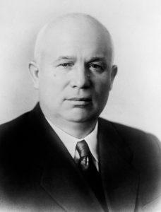 Chruščov se nejprve drží zpátky, vítězem se však stane on.
