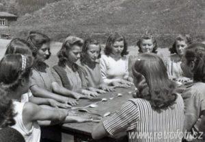 Vyvolávání duchů bývá oblíbenou kratochvílí na letních táborech.