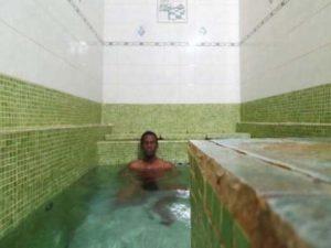 Nad místy pramenů vznikly lázně, kde se dá koupat v pohodlných bazéncích. Jezdí sem lidé za relaxací, nebo má zdejší voda opravdu léčivé účinky?