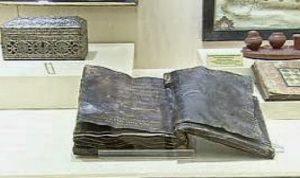 Kniha přitom v depozitáři ležela už od roku 2000, kdy byla za podivných okolností zabavena pašerákům starožitností.
