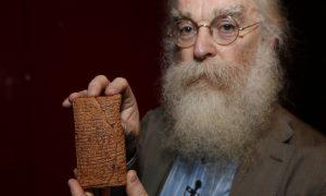 Historik Irving Finkel se domnívá, že příběh o potopě světa pochází původně od Sumerů.