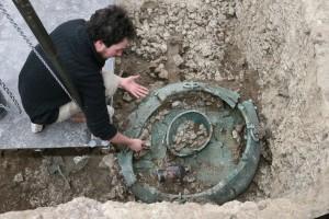 Šéf výzkumu Bastien Dubuis je přesvědčen, že masivní bronzový kotel patřil osobě významného postavení.