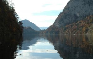 Jezero chrání horské stěny a v době 2. světové války není vůbec jednoduché se k němu dostat.