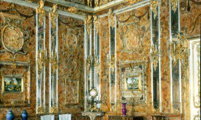 Jantarovou komnatu, nepřekonatelný umělecký skvost nazývaný dokonce osmým divem světa, si dává koncem 18. století zhotovit první pruský král Fridrich I.