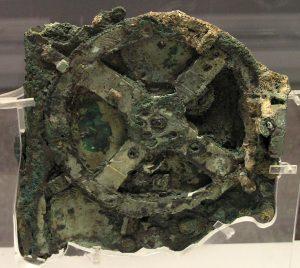 Kapitola sama pro sebe je i tzv. mechanismus z Antikythéry – zvláštní soustava ozubených kol, číselníků, ručiček a dřeveno-měděné schránky objevená ve vraku římské lodi.