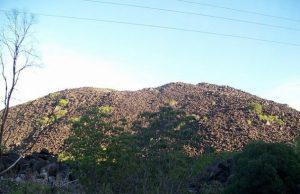 V severním Queenslandu v Austrálii vystupuje z eukalyptových lesů hromada černých kamenů, které místní obyvatelé dali název Kalkajaka.