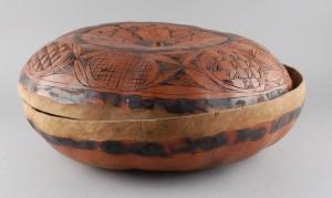 Písmo odhalil britský úředník, který jej spatřil na hliněných nádobách.