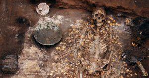 V ukrytém hrobě možná leží kromě obrovského bohatství i strašlivá kletba.