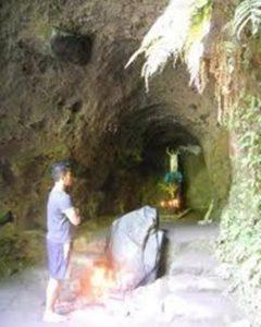 Poutníci v jeskyních zapalují svíčky k poctě Ježíše Krista, Panny Marie i duchů hory. Opravdu tu přebývá nějaká nadpřirozená síla?