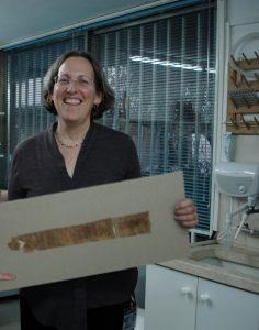 Izraelská historička Pnina Šor, která má v Izraelském památkovém úřadu na starosti péči o artefakty uložené v depozitáři.