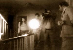 Snímek z vyšetřování, kterého se účastnil i televizní štáb. Podle výsledků bádání se tu usadilo cosi zlého.