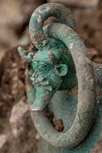 Na mnoha předmětech nalezených v hrobce se nachází vyobrazení děsivého řeckého boha Achelóose.
