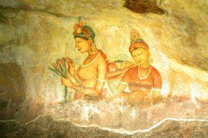 Malby na stěnách si lze vyložit různě. Někteří lidé tvrdí, že znázorňují bohy.