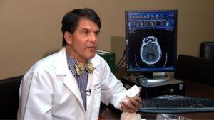Doktor Alexandr Eben považuje zážitky blízkosti smrti za produkt umírajícího mozku. Pak však sám projde klinickou smrtí.