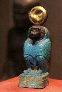 Pavián je jedním z tradičních zpodobnění boha Thovta.