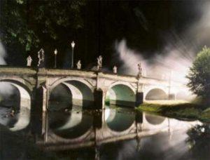 Příběh posledního upíra inspiroval i jeden z dílů seriálu Strážce duší. Zde chodil správce Ulrich na most, aby sloužil soše démona.