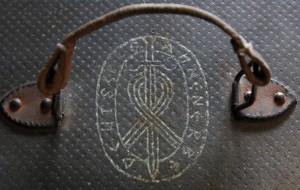 Znak na kufříku prý ukazuje, že patřil organizaci Ahnenerbe, která pátrala po historii árijské rasy.