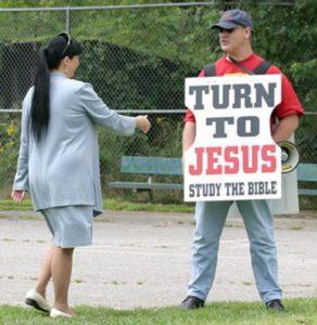 Zejména fundamentalističtí křesťané vidí ve Wicce naplnění biblického varování o odpadnutí lidí k démonickým naukám.