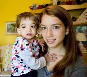 Čtrnáctiletá Carly chová sedmnáctiletou Brooke. Proč starší dívka nestárne?