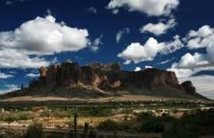 Do arizonského pohoří dodnes míří hledači pokladů. Nalezne některý z nich legendární zlatý důl?