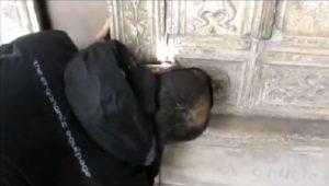 Symbolizují rytiny na jedné z hrobek v Neapoli Drákulovo jméno?