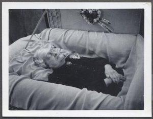 Volala zaživa pohřbená žena svého manžela o pomoc?